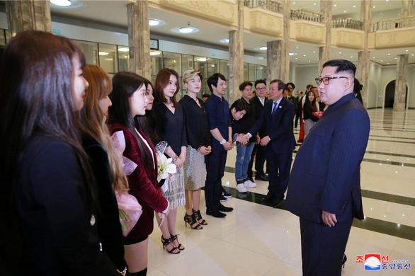 Ca sĩ hai miền Triều Tiên nắm tay hát Chúng ta là một nhà - Ảnh 3.