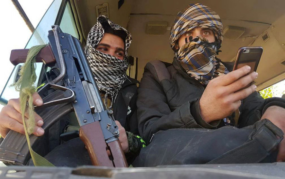 Quân nổi dậy Syria chỉ chỗ gài mìn để được thoát đi - Ảnh 1.