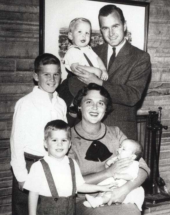Barbara Bush dành cả đời chăm chút chồng và 5 con - Ảnh 8.