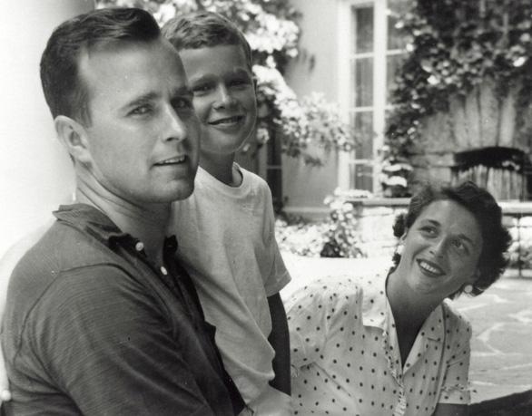 Barbara Bush dành cả đời chăm chút chồng và 5 con - Ảnh 1.