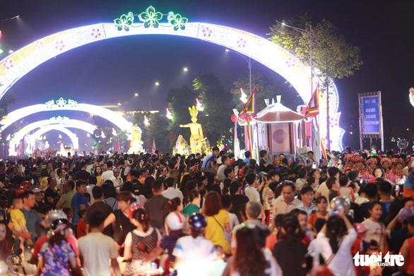 Hàng vạn khách xem show nghệ thuật mừng Giỗ Tổ Hùng Vương  - Ảnh 1.