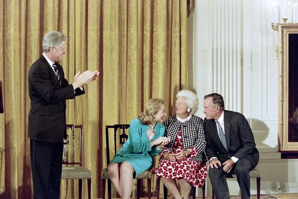 Barbara Bush dành cả đời chăm chút chồng và 5 con - Ảnh 3.