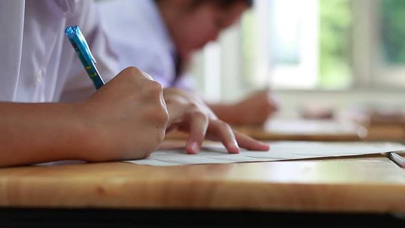 Công an Hà Nội vào cuộc vụ thầy giáo giải đề tung lên mạng khi học sinh đang kiểm tra - Ảnh 1.