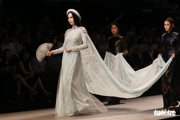 Chiều Xuân là hoàng hậu, Ngọc Trinh là công chúa diễn thời trang - Ảnh 3.