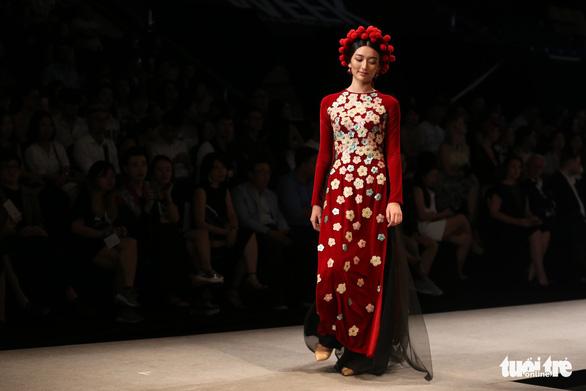 Chiều Xuân là hoàng hậu, Ngọc Trinh là công chúa diễn thời trang - Ảnh 9.