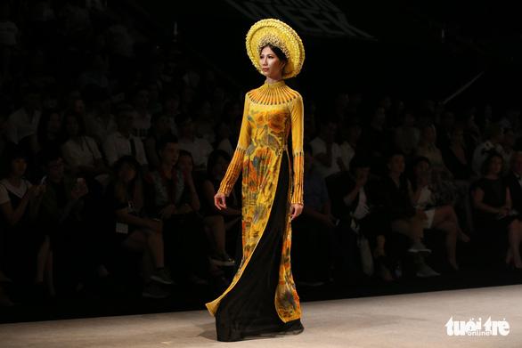 Chiều Xuân là hoàng hậu, Ngọc Trinh là công chúa diễn thời trang - Ảnh 13.