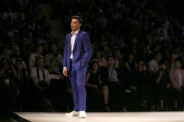 Bùi Tiến Dũng U23 Việt Nam đốt nóng sàn diễn thời trang quốc tế - Ảnh 2.
