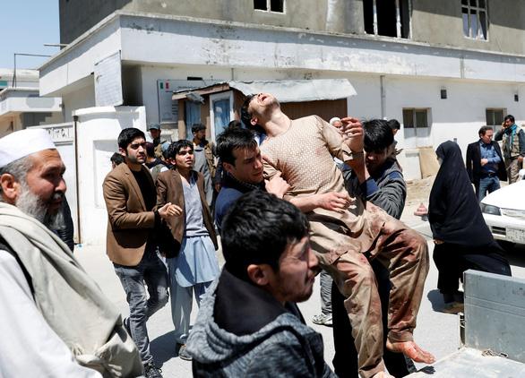 IS đánh bom liều chết làm 57 người thiệt mạng ở thủ đô Afghanistan - Ảnh 1.
