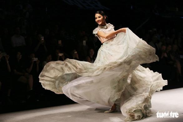 Đại sứ Ý làm người mẫu trình diễn thời trang Ý ở Sài Gòn - Ảnh 3.