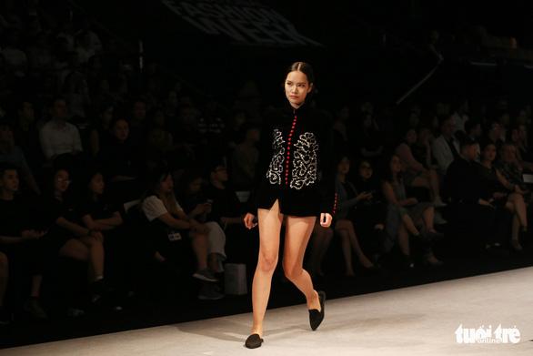 Đại sứ Ý làm người mẫu trình diễn thời trang Ý ở Sài Gòn - Ảnh 12.