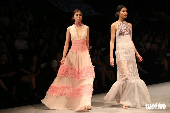 Đại sứ Ý làm người mẫu trình diễn thời trang Ý ở Sài Gòn - Ảnh 14.
