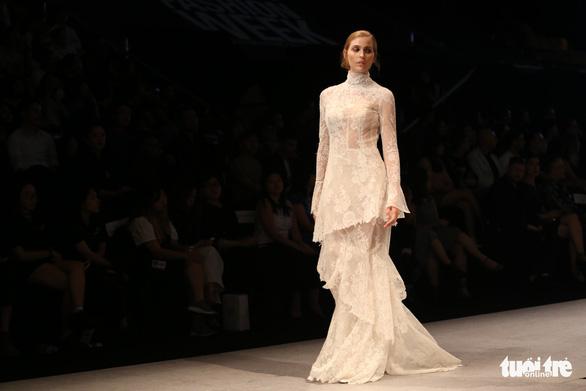 Đại sứ Ý làm người mẫu trình diễn thời trang Ý ở Sài Gòn - Ảnh 17.