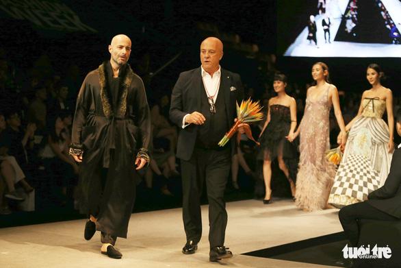 Đại sứ Ý làm người mẫu trình diễn thời trang Ý ở Sài Gòn - Ảnh 2.
