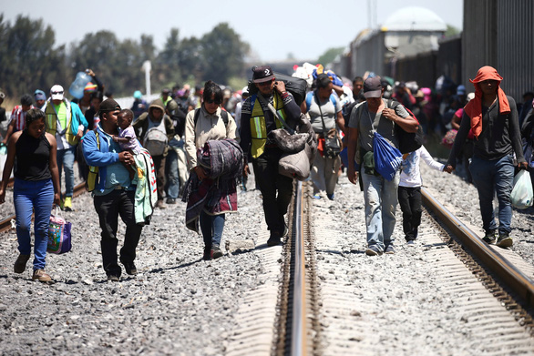 Lạ kỳ đoàn caravan di dân ùn ùn tìm đường vào Mỹ - Ảnh 2.