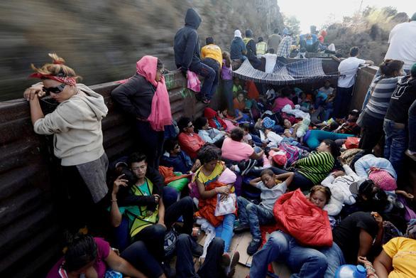 Lạ kỳ đoàn caravan di dân ùn ùn tìm đường vào Mỹ - Ảnh 4.