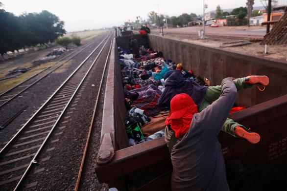 Lạ kỳ đoàn caravan di dân ùn ùn tìm đường vào Mỹ - Ảnh 7.