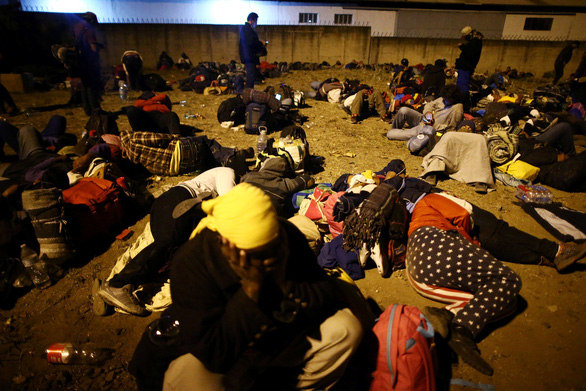 Lạ kỳ đoàn caravan di dân ùn ùn tìm đường vào Mỹ - Ảnh 9.