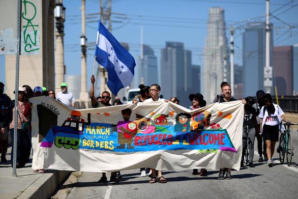 Lạ kỳ đoàn caravan di dân ùn ùn tìm đường vào Mỹ - Ảnh 12.