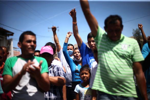 Lạ kỳ đoàn caravan di dân ùn ùn tìm đường vào Mỹ - Ảnh 13.