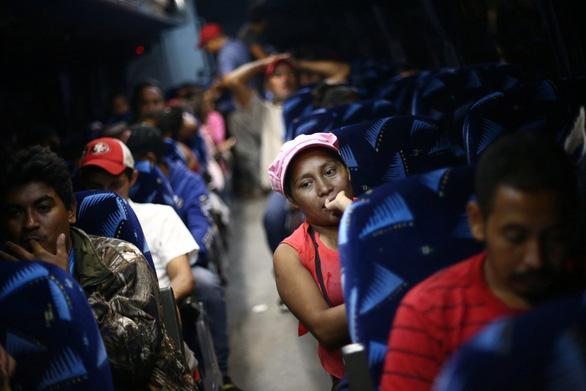 Lạ kỳ đoàn caravan di dân ùn ùn tìm đường vào Mỹ - Ảnh 14.