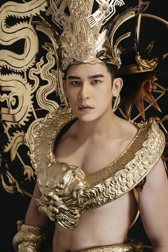 Trang phục dân tộc 40kg của đại diện Việt Nam thi Nam vương quốc tế - Ảnh 1.