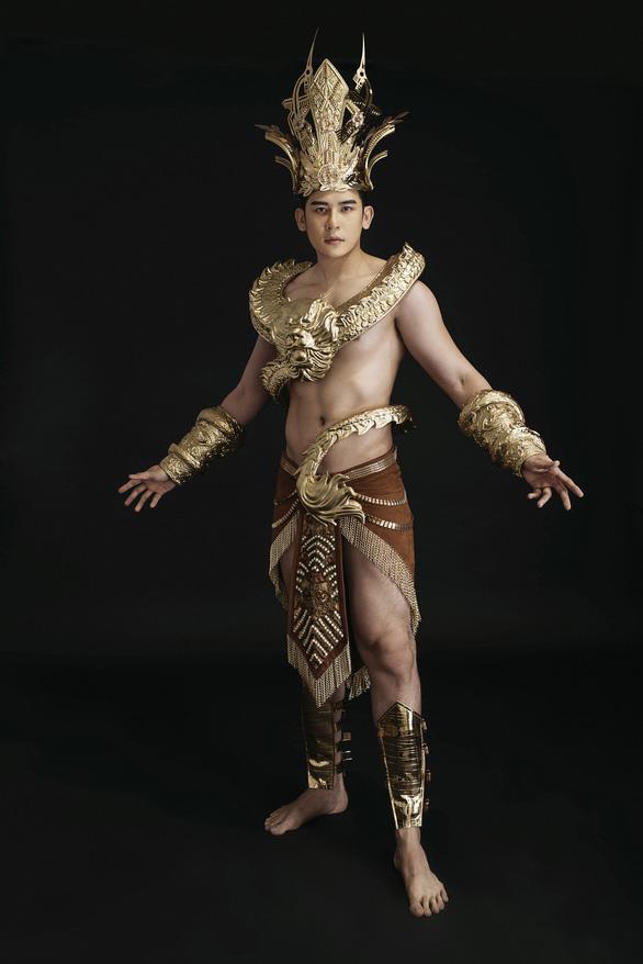 Trang phục dân tộc 40kg của đại diện Việt Nam thi Nam vương quốc tế - Ảnh 4.