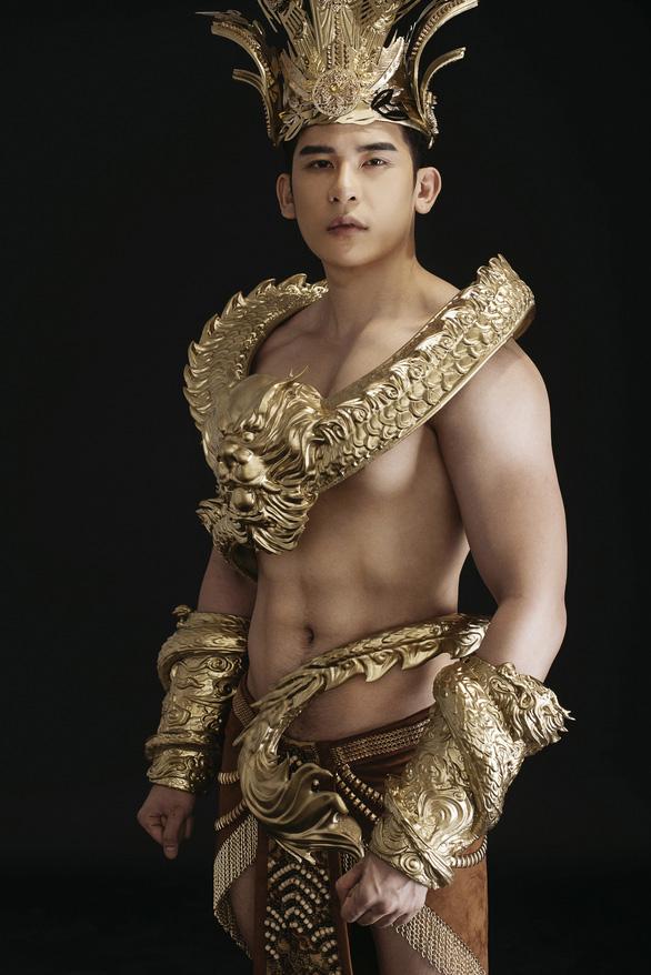 Trang phục dân tộc 40kg của đại diện Việt Nam thi Nam vương quốc tế - Ảnh 5.