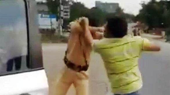 Vừa đánh cảnh sát giao thông vừa hô Công an uýnh dân - Ảnh 1.