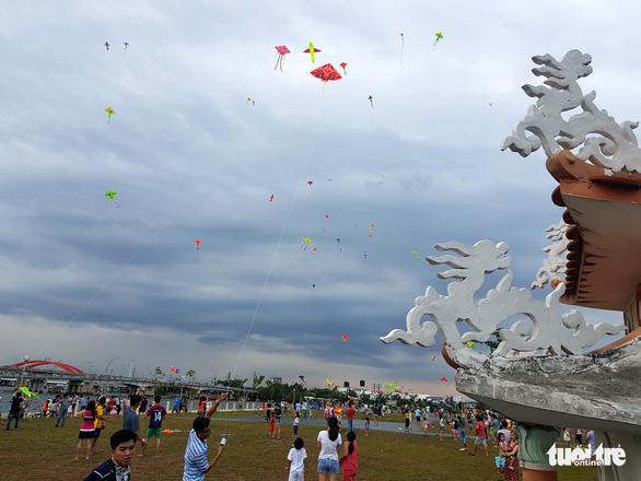 Hàng trăm cánh diều bay lượn bên sông Sài Gòn - Ảnh 1.