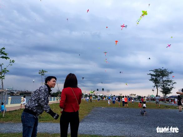 Hàng trăm cánh diều bay lượn bên sông Sài Gòn - Ảnh 5.