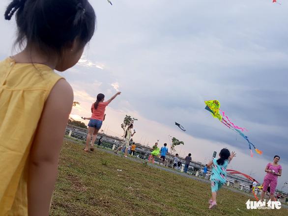 Hàng trăm cánh diều bay lượn bên sông Sài Gòn - Ảnh 3.