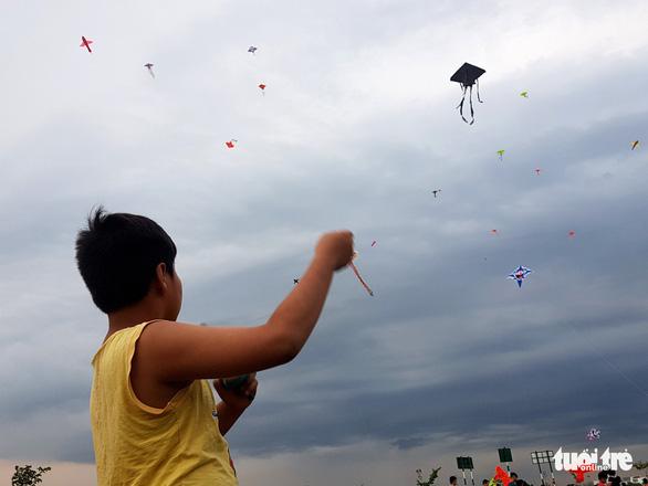 Hàng trăm cánh diều bay lượn bên sông Sài Gòn - Ảnh 6.