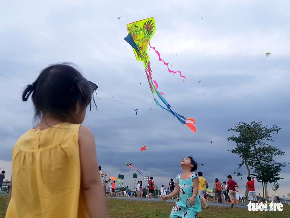 Hàng trăm cánh diều bay lượn bên sông Sài Gòn - Ảnh 7.