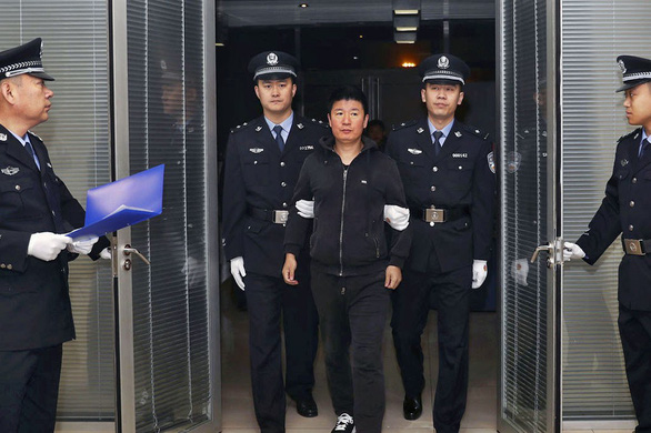 Quan tham Trung Quốc trốn ra nước ngoài sẽ bị xét xử vắng mặt - Ảnh 1.