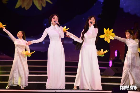 Nghe Hòa Minzy hát Tàu anh qua núi, Đức Tuấn hát Tình ca - Ảnh 1.
