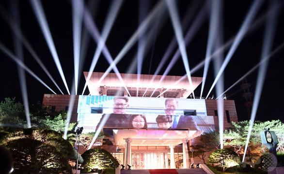 Choáng ngợp màn trình diễn ánh sáng Hàn Quốc tặng ông Kim Jong Un - Ảnh 2.