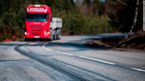 Thụy Điển làm đường có thể sạc điện cho xe chạy - Ảnh 1.
