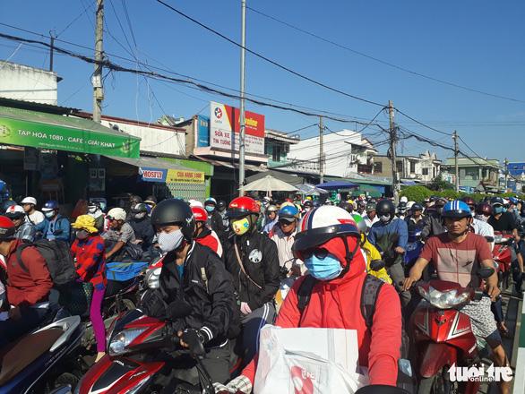 Người dân đi nghỉ lễ, các cửa ngõ Sài Gòn lại ùn tắc - Ảnh 4.