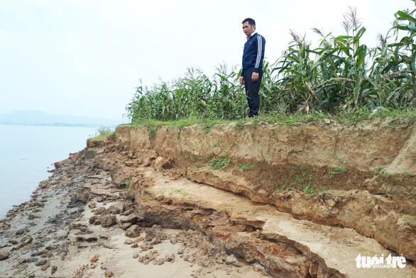 Cát tặc quần thảo sông Lam, đất của dân sạt lở từng ngày - Ảnh 1.