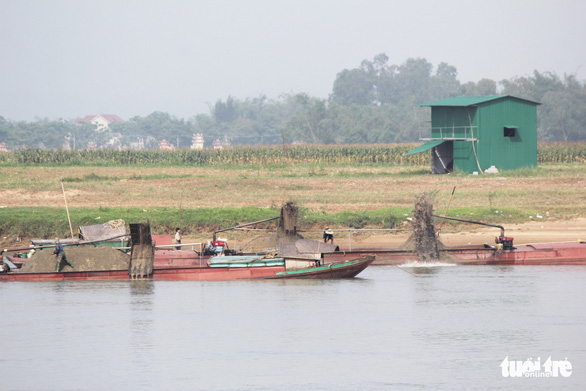 Cát tặc quần thảo sông Lam, đất của dân sạt lở từng ngày - Ảnh 3.