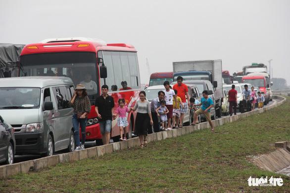 Kẹt xe về hướng Cát Bà, khách lũ lượt lội bộ đến bến phà - Ảnh 2.