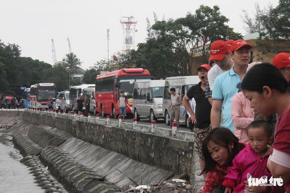 Kẹt xe về hướng Cát Bà, khách lũ lượt lội bộ đến bến phà - Ảnh 1.