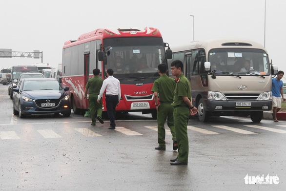 Kẹt xe về hướng Cát Bà, khách lũ lượt lội bộ đến bến phà - Ảnh 7.