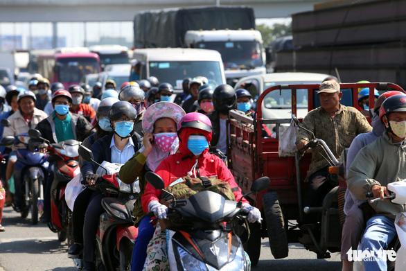 Người dân đi nghỉ lễ, các cửa ngõ Sài Gòn lại ùn tắc - Ảnh 1.