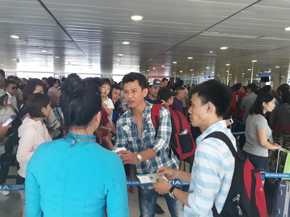 Vietnam Airlines đổi lịch bay sớm 5 tiếng dịp Tết, khách hàng kêu trời - Ảnh 1.