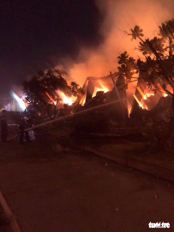 Cháy lớn tại nhà máy dệt sợi ở Khu công nghiệp Long Giang - Ảnh 3.