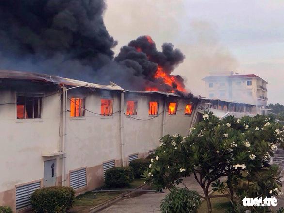 Cháy lớn tại nhà máy dệt sợi ở Khu công nghiệp Long Giang - Ảnh 1.