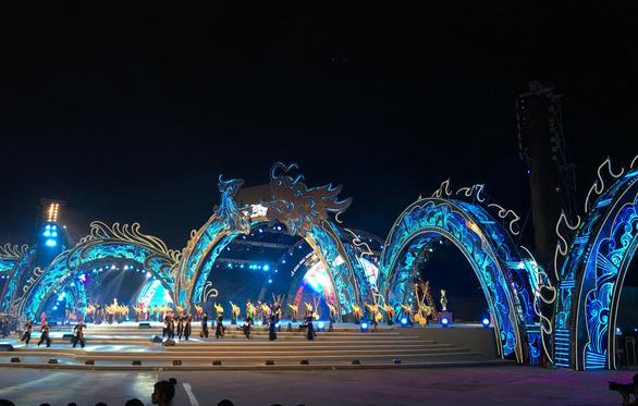 Rực rỡ sắc màu đêm Carnaval Hạ Long - Ảnh 2.