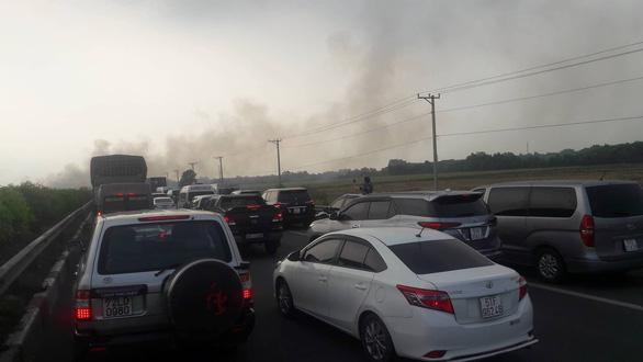 Khói mù mịt, nhiều xe tông nhau trên cao tốc TP.HCM - Long Thành - Ảnh 5.