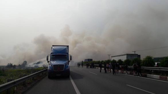 Khói mù mịt, nhiều xe tông nhau trên cao tốc TP.HCM - Long Thành - Ảnh 7.